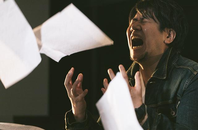 書類作成に失敗して泣く男