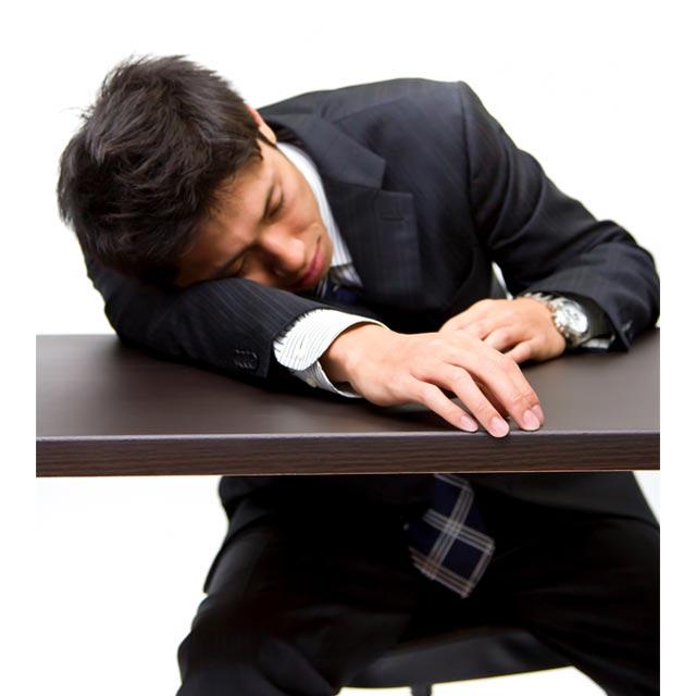 サービス業に疲れて寝る男性の画像