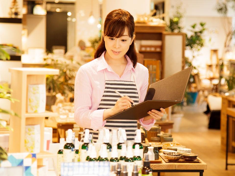 雑貨店で仕事中の女性
