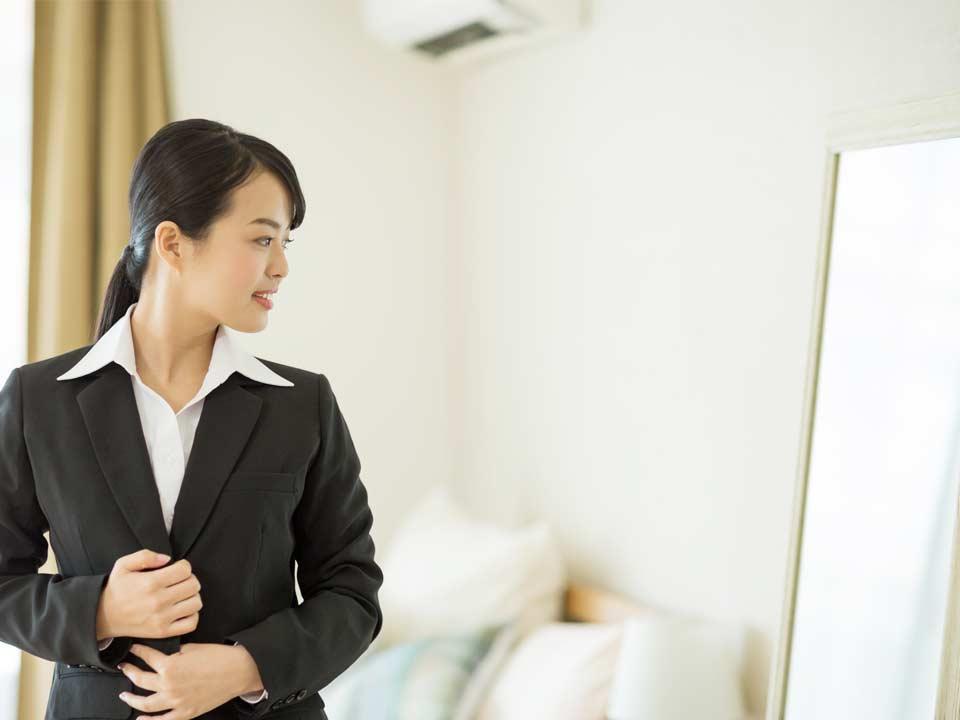 転職フェアの服装を選ぶ女性